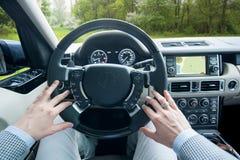 驾驶越野汽车的人 库存图片