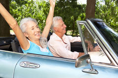 驾驶跑车的高级夫妇 库存图片