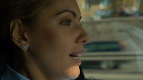 驾驶车的微笑的女商人在城市,在路的殷勤司机安全 股票录像