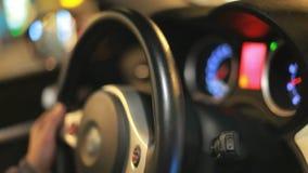 驾驶车轮 拿着车轮的司机手 驱动轮 影视素材