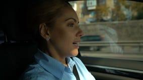 驾驶车,开始的正面妇女上班,成功的企业夫人 股票视频