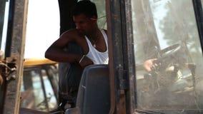 驾驶远离工作地点的印地安人挖泥机 股票录像