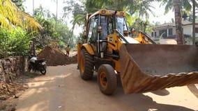 驾驶远离建造场所的挖泥机 影视素材