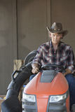 驾驶通用车辆的牛仔 免版税库存图片