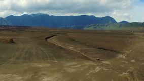 驾驶通过一个使荒凉的区域在Java的Bromo火山 影视素材