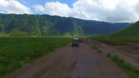 驾驶通过一个使荒凉的区域在Java的Bromo火山 股票录像