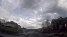 驾驶通过一个花梢高级邻里在惨淡的天与是赞成 股票录像