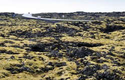 驾驶通过冰岛熔岩荒野 免版税图库摄影