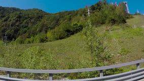 驾驶通过山风景 场面 驱动通过在晴朗的天气的山 影视素材