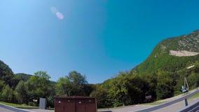驾驶通过山风景 场面 驱动通过在晴朗的天气的山 股票录像