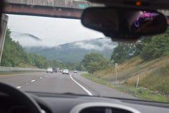 驾驶通过山 库存图片