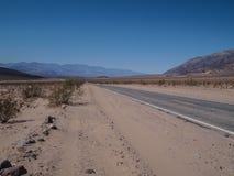 驾驶通过沙漠在死亡谷 免版税图库摄影