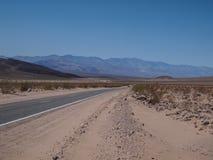 驾驶通过沙漠在死亡谷 免版税库存照片
