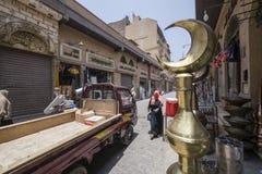 驾驶通过老开罗街道的卡车 免版税图库摄影