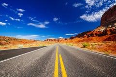 驾驶通过资本礁石国家公园,犹他,美国 图库摄影