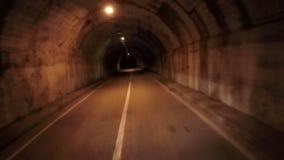 驾驶通过隧道路 POV 阴沉的黑暗 眩晕作用 恐怖场面 股票视频