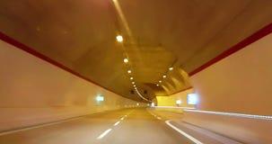 驾驶通过隧道画廊和橙色光色彩,抽象与与经线的行动迷离高速 股票视频
