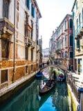 驾驶长平底船的威尼斯平底船的船夫 免版税库存图片