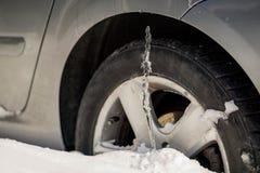 驾驶问题、雪和冰的冬天 曲拱汽车关闭极其冰冰柱系列上升轮子冬天 虎队 库存图片
