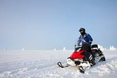 驾驶雪上电车的人在芬兰 库存照片