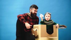 驾驶飞机的孩子由纸板箱制成 孩子在试验服装打扮 儿童有飞机的飞行员飞行员 影视素材