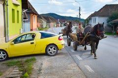驾驶马推车的人们 罗马尼亚 免版税库存图片