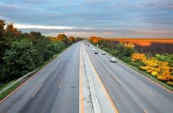 驾驶高速公路运输卡车的桥梁 图库摄影