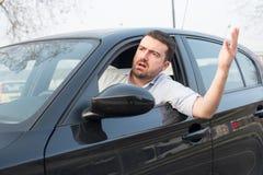 驾驶他汽车和争论的粗鲁的人 库存图片