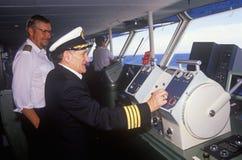 驾驶他的小船的轮渡Bluenose的上尉作为导航员待命, Yarmouth,新斯科舍 免版税库存照片