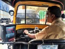 驾驶他的汽车的一个人 免版税库存图片