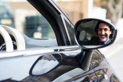 驾驶他的汽车的年轻商人 免版税库存照片