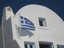 骄傲地挥动在圣托里尼微风的希腊旗子 图库摄影