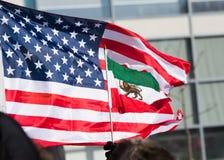 骄傲地挥动美国和伊朗前革命的旗子 库存照片