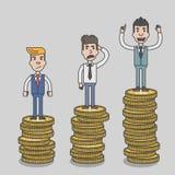 骄傲地站立在巨大的金钱硬币塔的商人 免版税库存图片