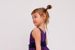 骄傲地站立微笑的小女孩 免版税库存照片