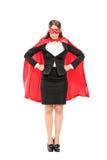 骄傲地站立超级英雄的服装的妇女 库存图片