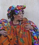 骄傲的危地马拉妇女在市场上 免版税库存照片