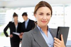 骄傲的女商人在办公室 免版税库存图片