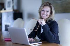 骄傲的女实业家在家办公室 库存图片
