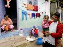 骄傲的家庭在大吉岭,印度 免版税库存图片