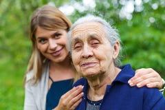 骄傲的微笑的祖母 库存图片