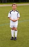 骄傲的球员属于一个年轻青年足球队员 免版税库存照片