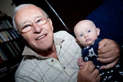 骄傲的祖父和小孙子 免版税库存图片