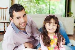 骄傲的西班牙父亲和可爱的女孩 库存图片