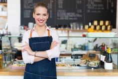 骄傲的年轻女性咖啡馆所有者 库存图片
