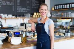 骄傲的年轻女性咖啡馆所有者 图库摄影