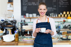 骄傲的年轻女性咖啡馆所有者 免版税图库摄影