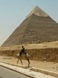 骆驼卫兵警察金字塔 图库摄影