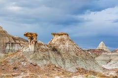 骆驼和金字塔形状的岩石 免版税库存图片
