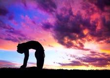 骆驼姿势剪影瑜伽 免版税库存图片